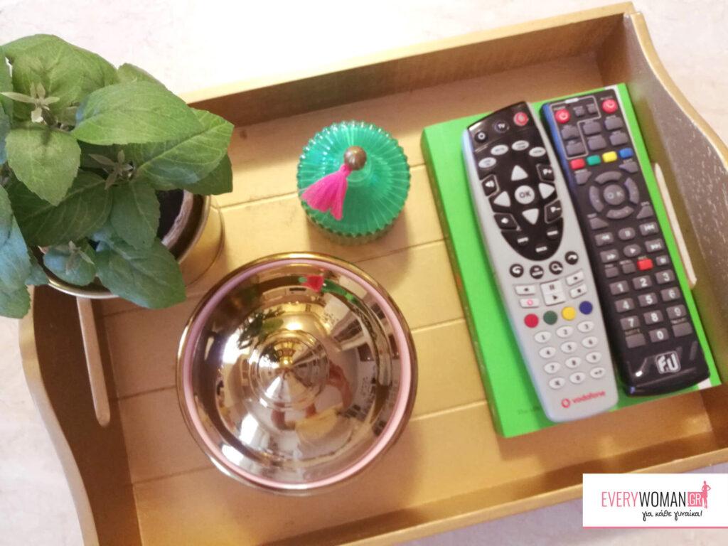 Πώς να διακοσμήσεις το τραπεζάκι του σαλονιού με τη βοήθεια ενός δίσκου (4 ιδέες)