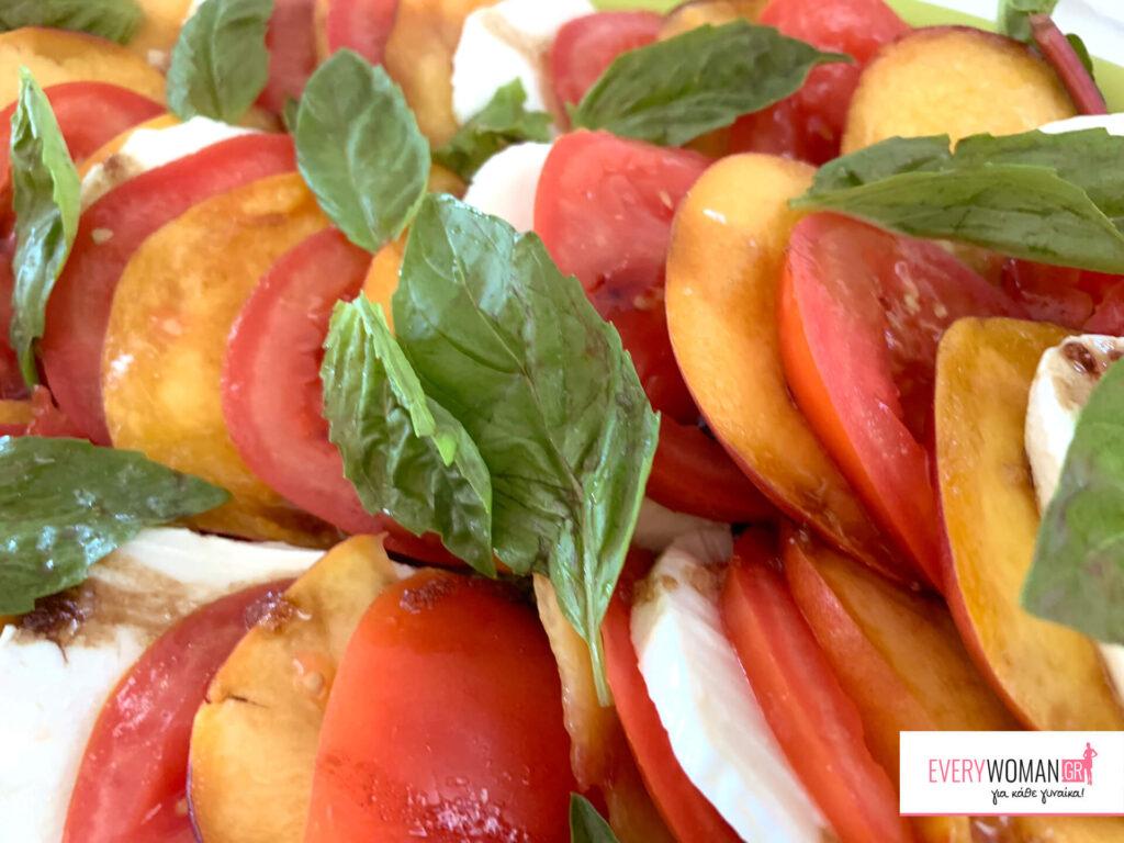 Σαλάτα καπρέζε με ντομάτες και ροδάκινα