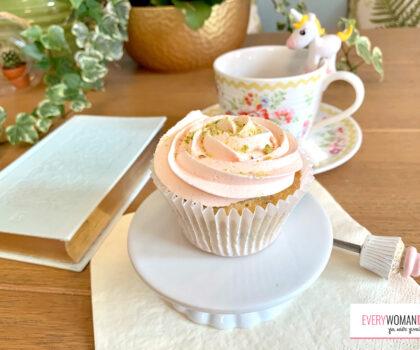 Cupcakes με φυστίκια Αιγίνης και ροδόνερο